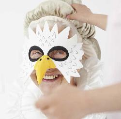 Nonna vuoi vestirti da regina? Sì ma voglio la parrucca e la maschera da gufo
