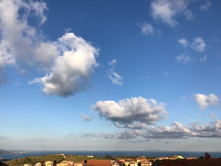 color orizzonte con trinità e nuvole