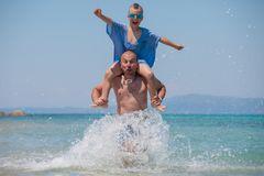 il-figlio-spruzza-padre-shoulders-fun-sea-109063467